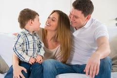 Família feliz bonita que tem o divertimento em casa fotografia de stock royalty free