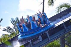 Família feliz a bordo do barco da jangada para apreciar excitar a descida em Seaworld Marine Theme Park fotografia de stock royalty free