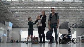 Família feliz com as duas crianças no aeroporto filme