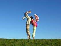Família feliz com as duas crianças no céu azul 2 Foto de Stock