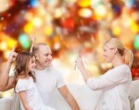 Família feliz com câmera em casa Foto de Stock Royalty Free