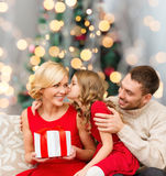 Família feliz com caixa de presente fotografia de stock royalty free