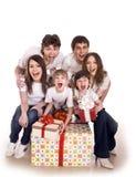 Família feliz com caixa de presente. Fotos de Stock Royalty Free
