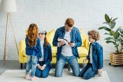 Família feliz com a descoberta das crianças virtual fotos de stock
