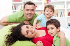 Família feliz com dois miúdos Fotografia de Stock