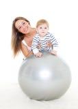 Família feliz com esfera da aptidão Fotos de Stock