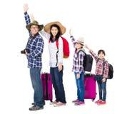 Família feliz com a mala de viagem que vai em férias imagem de stock