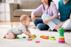 Família feliz com o bebê que joga em casa Foto de Stock