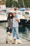 Família feliz com os cães no cais no verão Imagem de Stock Royalty Free