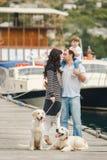 Família feliz com os cães no cais no verão Fotos de Stock Royalty Free