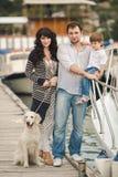 Família feliz com os cães no cais no verão Imagens de Stock