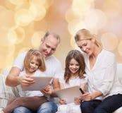 Família feliz com os computadores do PC da tabuleta Fotos de Stock Royalty Free