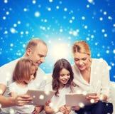 Família feliz com os computadores do PC da tabuleta Fotos de Stock
