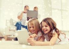 Família feliz com os computadores do PC da tabuleta Imagem de Stock Royalty Free