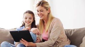 Família feliz com PC da tabuleta em casa vídeos de arquivo