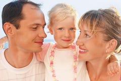 Família feliz com pouco próximo ao mar Fotografia de Stock Royalty Free