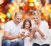 Família feliz com smartphones Foto de Stock
