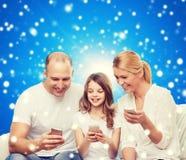 Família feliz com smartphones Fotos de Stock