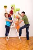 Família feliz com utensílios da pintura Fotos de Stock Royalty Free