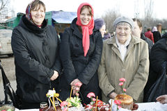 A família feliz comemora Easter ortodoxo Fotografia de Stock