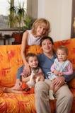 Família feliz da casa em um sofá 2 imagem de stock royalty free
