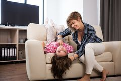 Família feliz da mãe e da filha que passam o tempo junto Fotos de Stock Royalty Free