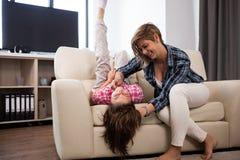 Família feliz da mãe e da filha que passam o tempo junto Fotografia de Stock Royalty Free