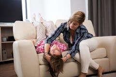 Família feliz da mãe e da filha que passam o tempo junto Foto de Stock