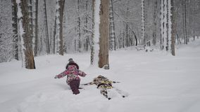 Família feliz da mãe nova e da filha pequena que jogam junto e que têm o divertimento na natureza do inverno fora na floresta vídeos de arquivo