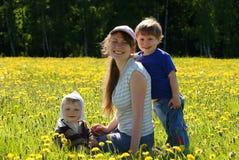 Família feliz da matriz e dos dois filhos Imagem de Stock Royalty Free