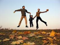 Família feliz da mosca com folhas de outono Fotografia de Stock Royalty Free