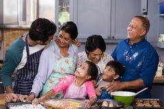 Família feliz da multi-geração que aprecia na cozinha fotos de stock