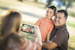 Família feliz da raça misturada que toma uma imagem da câmera do telefone fotos de stock royalty free