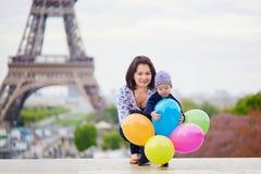 Família feliz de dois com grupo de balões coloridos em Paris fotografia de stock