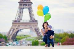Família feliz de dois com grupo de balões coloridos em Paris foto de stock