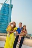 Família feliz do pai, da mãe e das duas crianças em exterior em um dia de verão Pais e crianças do retrato na natureza Imagem de Stock