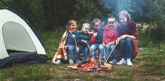 Família feliz do turista na caminhada da viagem mãe e fritada sa das crianças fotos de stock royalty free