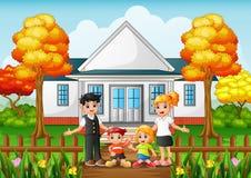 Família feliz dos desenhos animados no jardim da frente da casa Foto de Stock Royalty Free