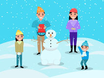 Família feliz dos desenhos animados que joga o boneco de neve das bolas de neve Fotos de Stock Royalty Free