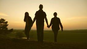Família feliz dos turistas em férias paizinho dos viajantes com filhas e curso da mamã nas madeiras Menina do caminhante Caminhad filme