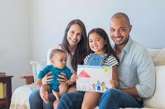 Família feliz e casa nova fotos de stock