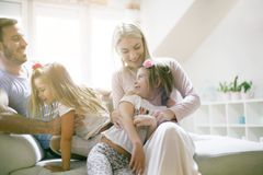 Família feliz em casa Dia de sorriso fotografia de stock