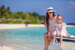 Família feliz em férias da praia Imagens de Stock