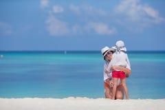 Família feliz em férias da praia Fotografia de Stock Royalty Free
