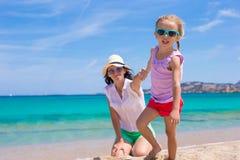 Família feliz em férias da praia Fotografia de Stock