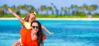 Família feliz em férias da praia Imagem de Stock