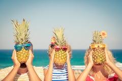 Família feliz em férias de verão imagens de stock