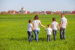 Família feliz em um campo Imagem de Stock Royalty Free