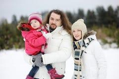 Família feliz em um dia de inverno fotografia de stock royalty free
