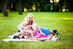 Família feliz em um parque fotografia de stock